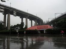長江大橋の根元を望む。左が道路橋で右が鉄道橋