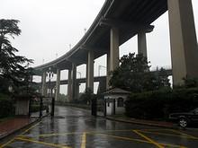 公園入り口を捜してさまよう。上は道路橋