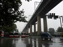公園内。上を鉄道橋が通る
