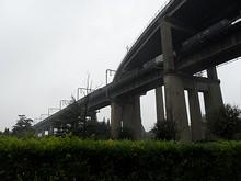 道路橋と鉄道橋の合流部分