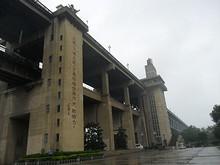 タワー部分。ここから橋の上へエレベータで上がれる。柱に書いてある文字は毛沢東の物らしい