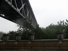 川へ続く橋