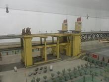 橋の模型。長すぎて全体が写せない