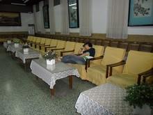 接待室で服務員が爆睡中。まだまだ午前中・・・