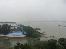タワーの上に到着!長江が見える。あいにく天気は雨模様