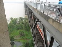 橋の下段を列車が通る