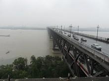下段をしょっちゅう列車が通る。北京と上海を結ぶ大幹線だ