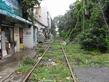 駅前を寂れた線路が通る