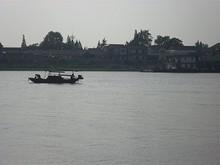 川に浮かぶ船と中州