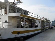 この船に乗って中州へ渡ります