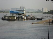 隣の桟橋と川で洗濯をするおばちゃん