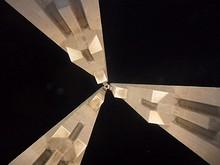 真下から見た人民英雄記念塔