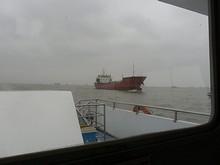 併走する貨物船