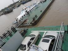 客室から見た甲板と港