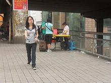 中国名物、歩道橋上の露店