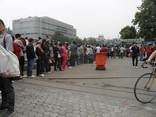 バス切符売り場にできる長蛇の列