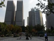 保険会社の高層ビル(右)と図書館東の広場
