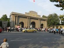 広場の北にある総督府