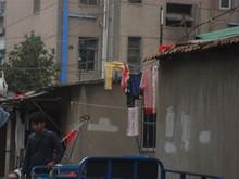 電線に洗濯物を干している