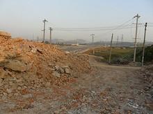 瓦礫と新しい道路の対比