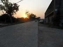田舎道と沈む夕日
