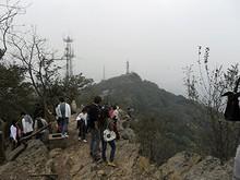 山頂は切り立った崖になっている