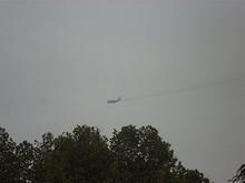 大学南東角をかすめて飛ぶ軍用機