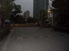 大学そばの住宅街「銀城東苑」入口