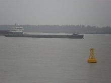 長江を行きかう船とブイ