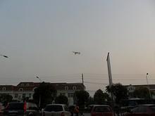 石林百貨上空を飛ぶ爆撃機1