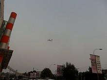 石林百貨上空を飛ぶ爆撃機2