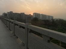 住宅の向こうに沈む夕日