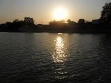 中州の向こうに沈む太陽