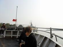 船首で出港を待つ島の住民