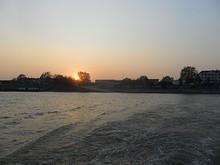 島の向こうに沈む夕日