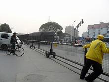 列車が通り過ぎたので、踏切係が踏み切りを開けている