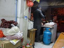 店の入口で料理を作っている