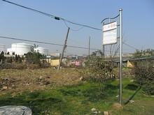 機場路バス停と航空燃料タンク