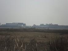 離陸するビジネスジェットと、滑走路へ向かう別の東方航空機