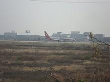 離陸する上海航空B737形機