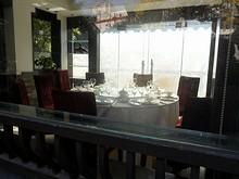 窓から見た茶館の中