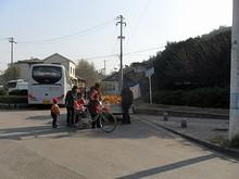 バス停前の果物露店