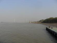 遠くに長江二橋が見える
