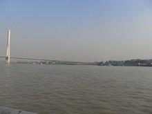 橋の根元は化学工場が並んでいる