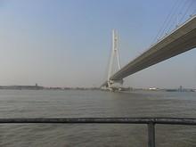 長江二橋の下をくぐる