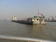 宜昌から来た貨物船を追い越す