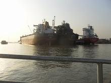 造船所で艤装中の貨物船