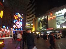 左は中央商場、右は万達広場