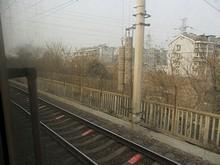 南京を発車して長江大橋への線路を登る