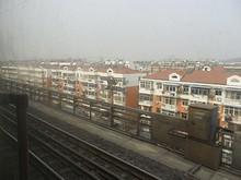 長江大橋への線路を登る